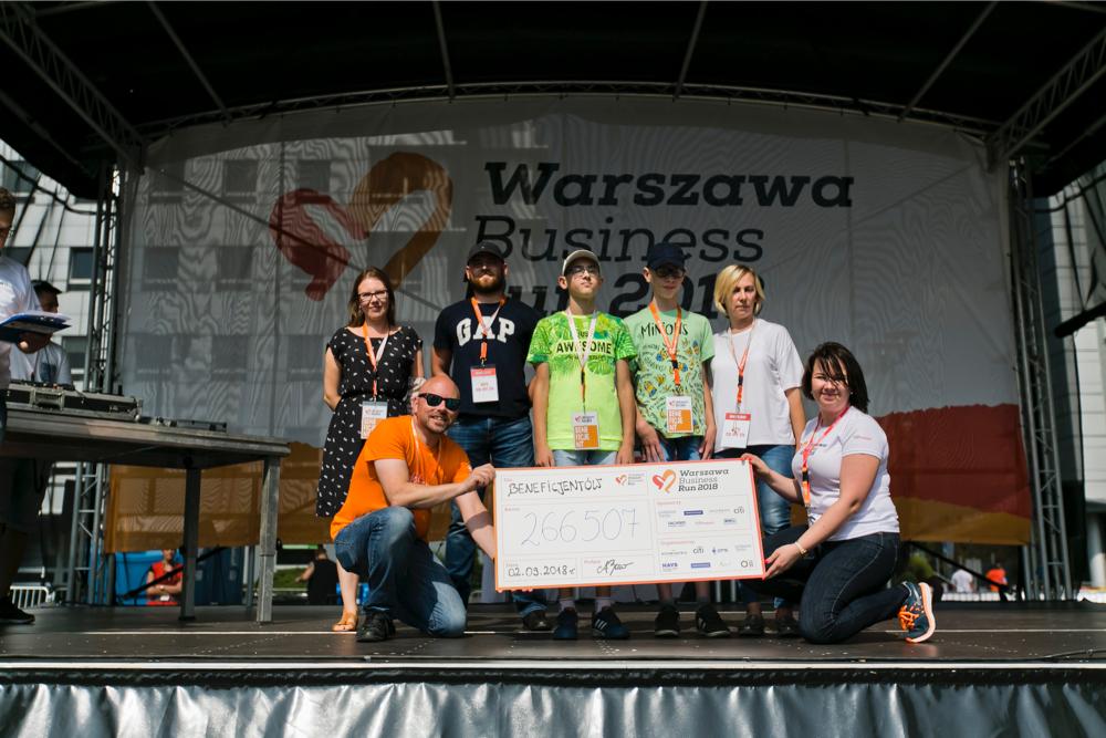 Mike Kennedy i Anna Zawłocka, dyrektorzy Warszawa Business Run z beneficjentami