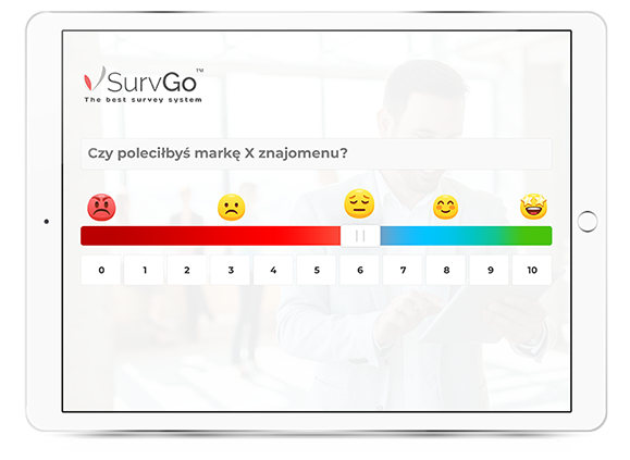 Tablet z pytaniem NPS w aplikacji SurvGo