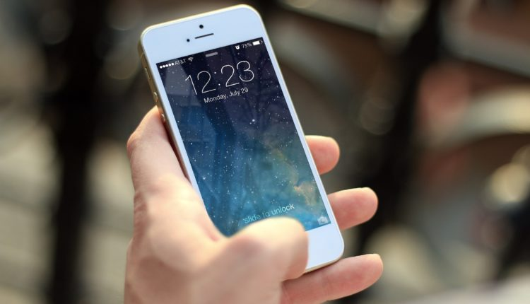 hand-iphone-macro-40011