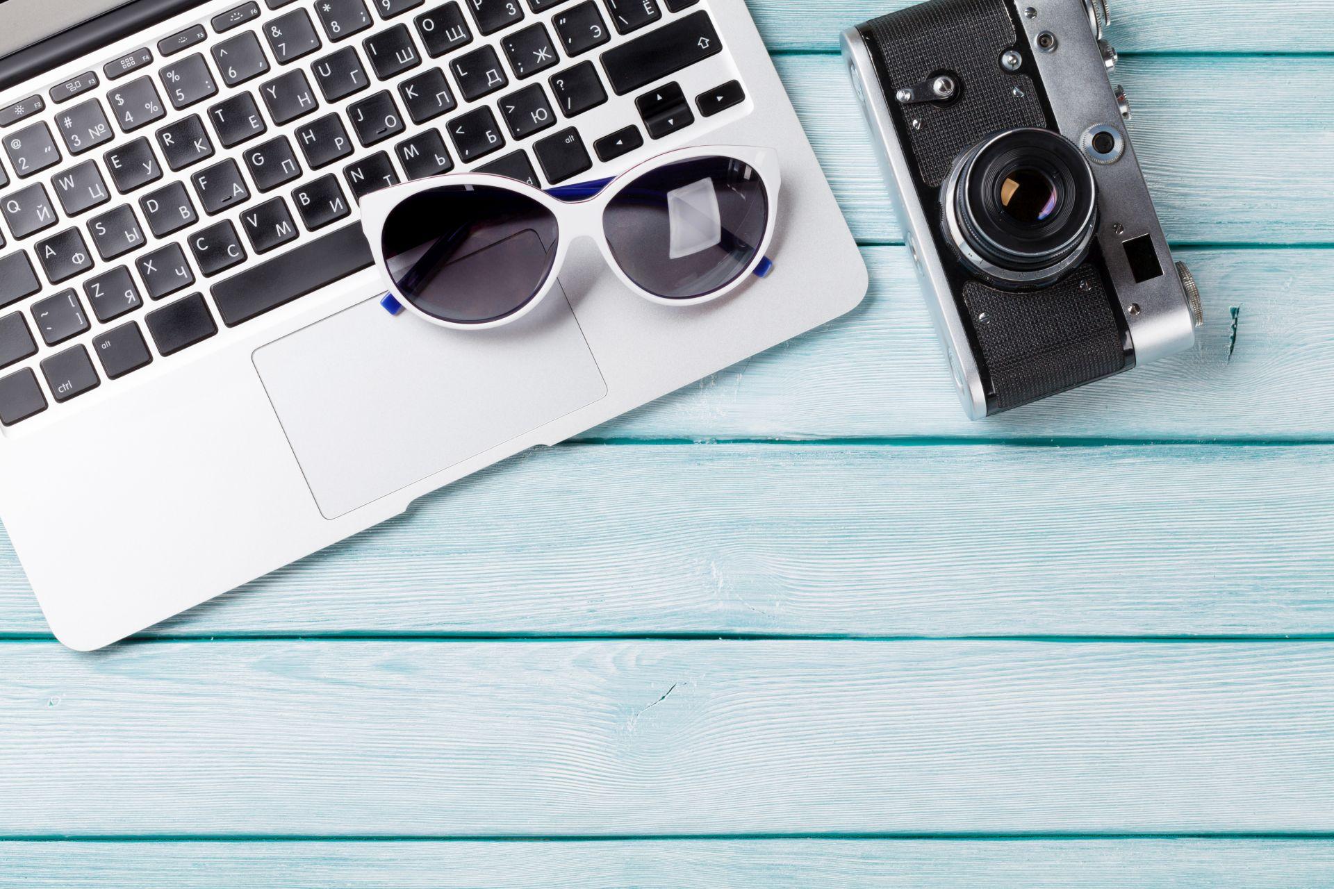 laptop i aparat fotograficzny