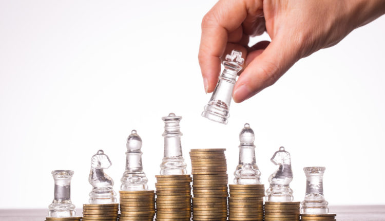 Szachy i monety jako symbol strategii inwestycyjnej