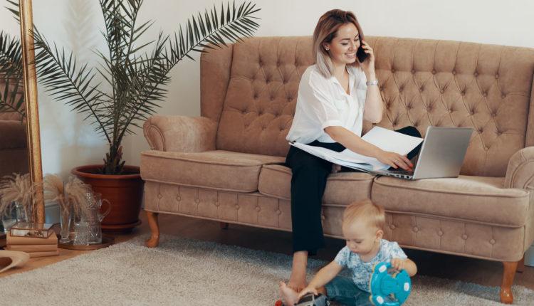kobieta pracujaca na home office z dzieckiem