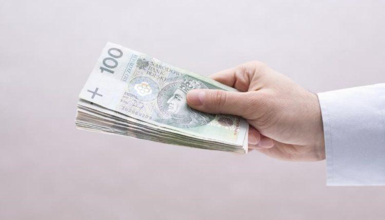 pieniadze w dloni
